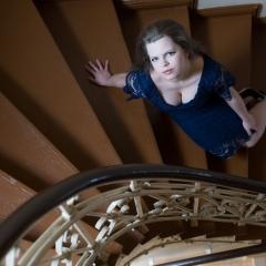 ola-szczygieł-sesje-kobiece-schody-kamienica-studio